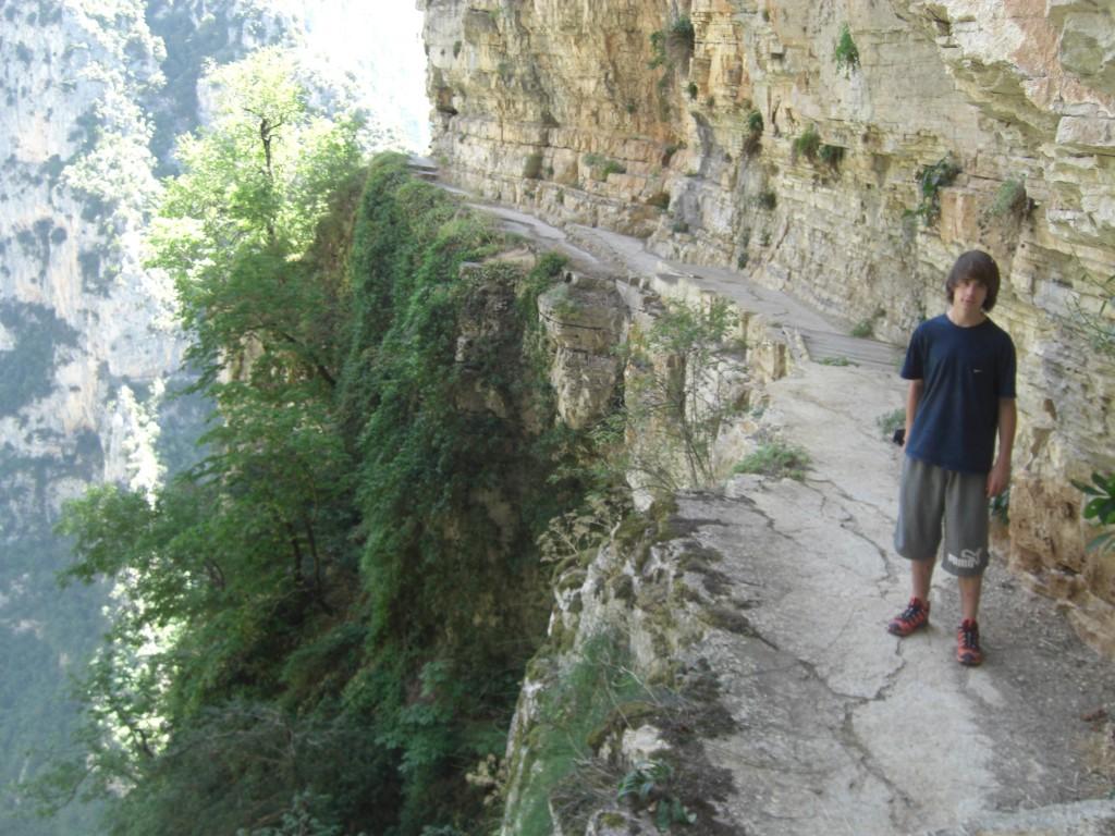 Sente vertigineuse sur les falaises dominant les Gorges de Vikos