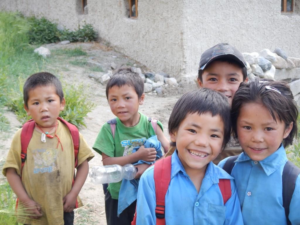 Enfants se rendant à l'école de Largyap Gonma